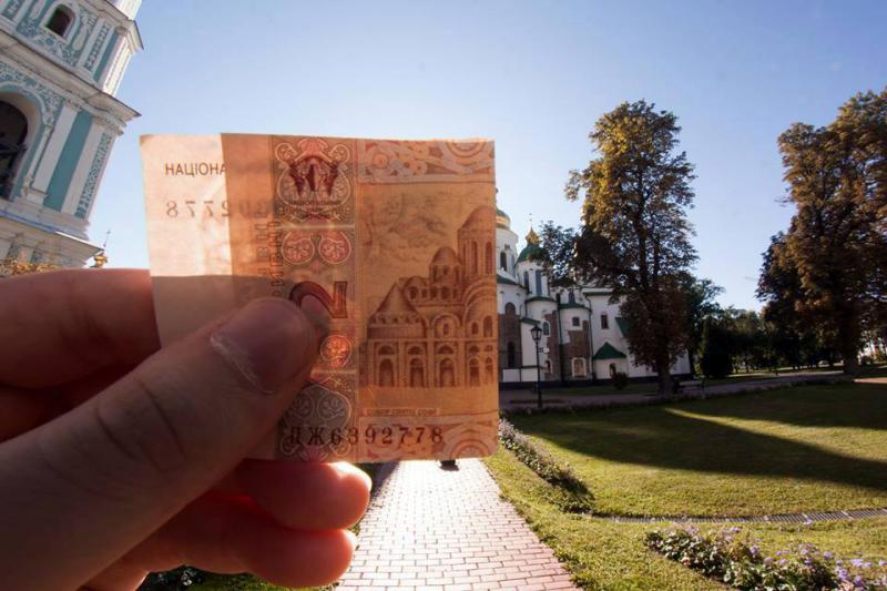 Nasce in Ucraina la moda di confrontare i monumenti delle banconote con la realt&
